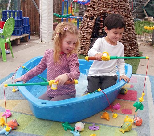 unitots-children-in-play-boat